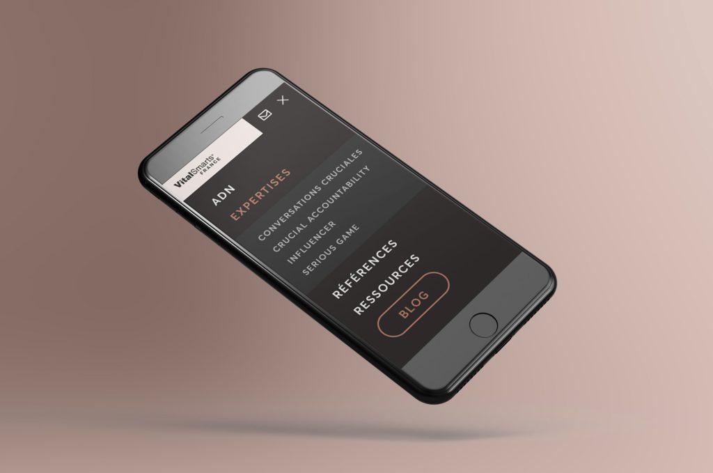 Aperçu de la version mobile du site Internet de VitalSmarts France et plus particulièrement le déploiement du menu